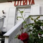Roser på trappe til Hovedhuset på Utøya