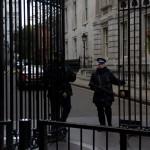 Tungt bevæpnede vakter ved Downing street no. 10