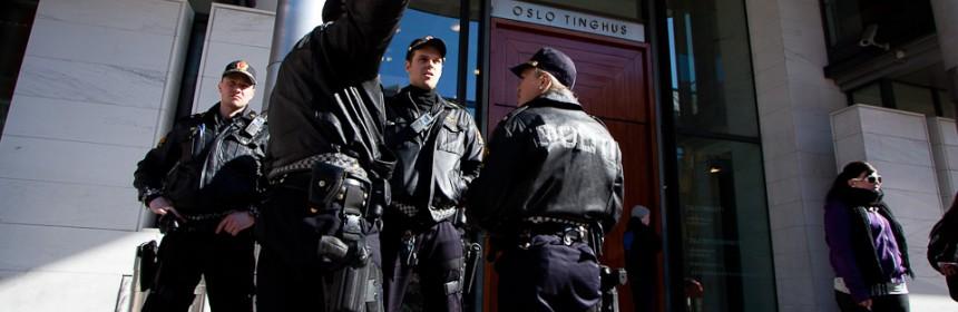 Væpnet politi utenfor Oslo tinghus under fengslingsmøte i rommiljøet